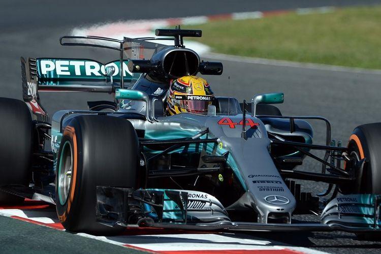 Pebalap Mercedes asal Finlandia, Valtteri Bottas, memacu motornya pada sesi latihan pertama GP Spanyol di Circuit de Barcelona-Catalunya, Jumat (12/5/2017).