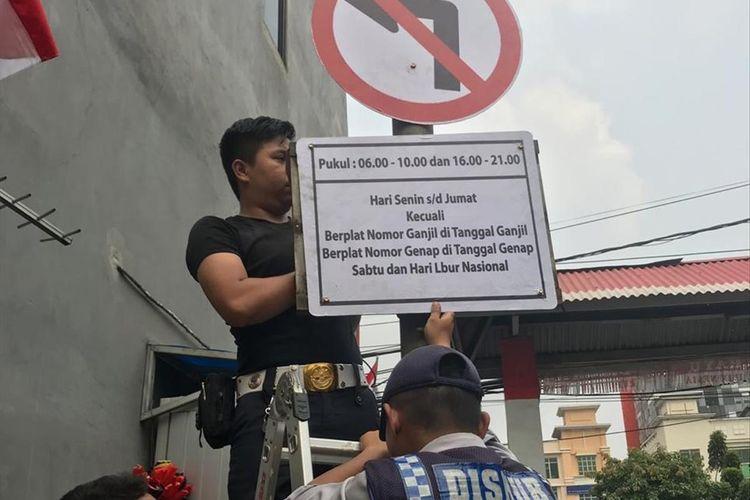 pemasangan rambu-rambu perluasan ganjil-genap di sekitar Jalan Gunung Sahari, Pademangan, Jakarta Utara