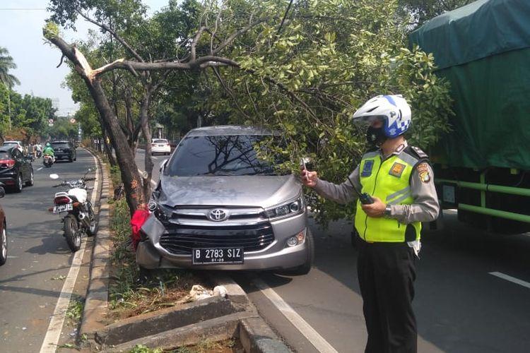 Kecelakaan lalu lintas (laka lantas) terjadi di Jalan Raya Pramuka, Matraman, Jakarta Timur, Jumat (30/7/2021). Mobil Toyota Kijang Innova mengalami pecah ban.