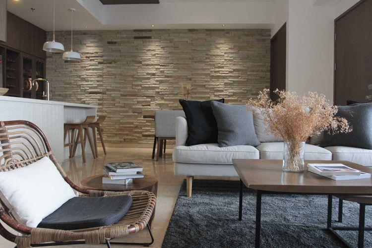 Desain interior apartemen minimalis dengan sentuhan batu alam yang menawan.