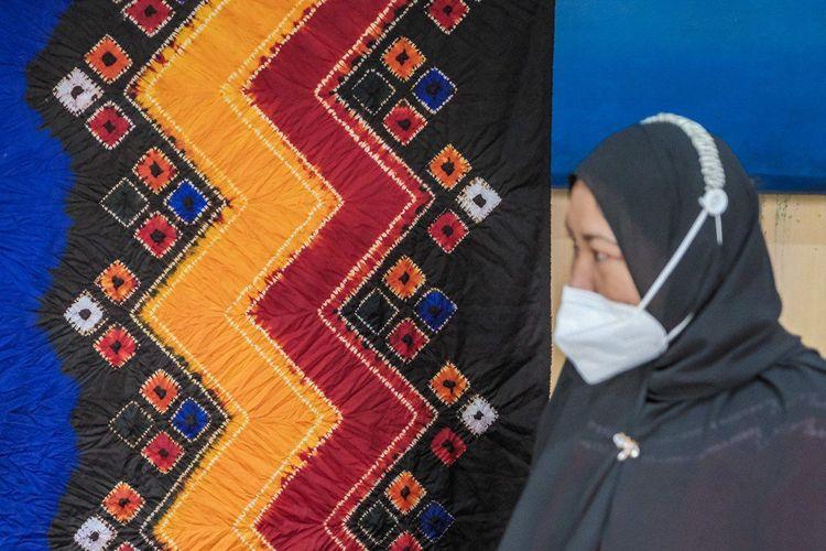 Ilustrasi kain sasirangan di Kalimantan Selatan. Warna pada kain tersebut berasal dari pewarna alami.