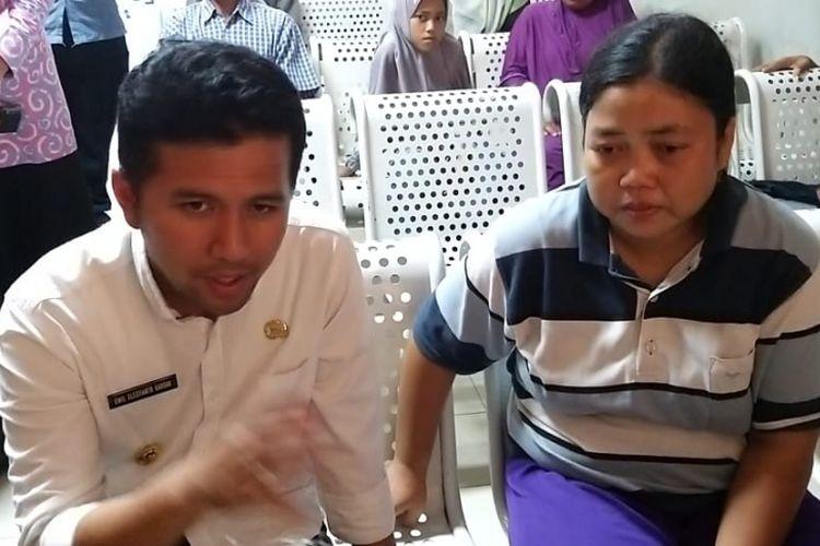 Wakil Gubernur Jawa Timur, Emil Dardak menemui Patemi, seorang ibu rumah tangga asal Kabupaten Madiun yang menangis dan galau lantaran kondisi kesehatan anaknya yang belum membaik setelah dirawat beberapa hari di RSUP Dr Soedono Madiun, Selasa ( 26/2/2019) sore.