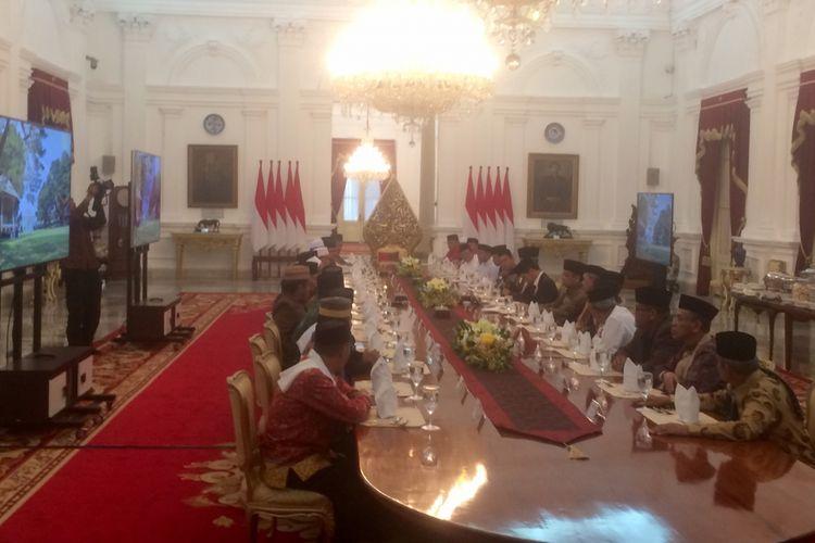 Presiden Joko Widodo bertemu ulama dari Sulsel di Istana Merdeka, Jakarta, Selasa (18/7/2017).