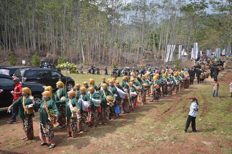 Acara Sedekah Bumi di Desa Wisata Cibuntu, Kuningan, Jawa Barat.