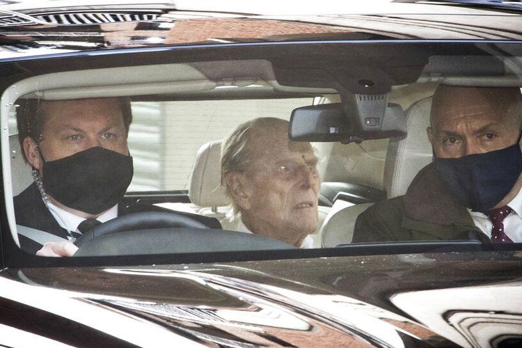 Pangeran Philip dari Inggris, tengah, saat meninggalkan rumah sakit King Edward VII di belakang mobil di London, Selasa, 16 Maret 2021.