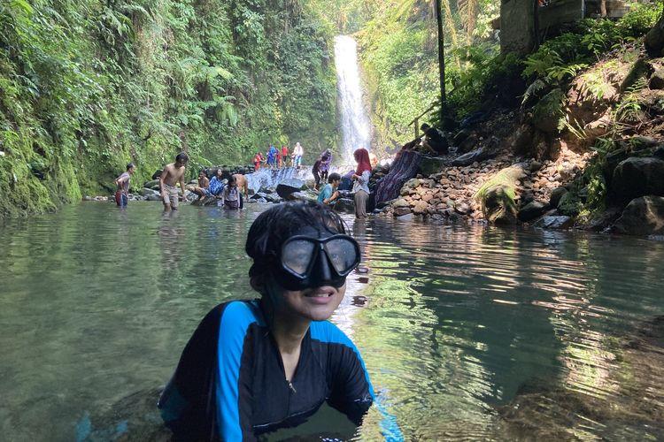 Seorang wisatawan yang tengah mencoba melakukan kegiatan freediving di Curug Kondang, Kecamatan Pamijahan, Kabupaten Bogor, Selasa (25/5/2021).