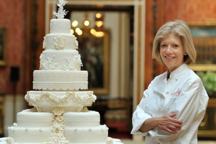 Fiona Cairns berdiri di sebelah kreasinya yaitu kue pernikahan Pangeran William dan Kate pada tahun 2011. Getty Images/WPA Pool