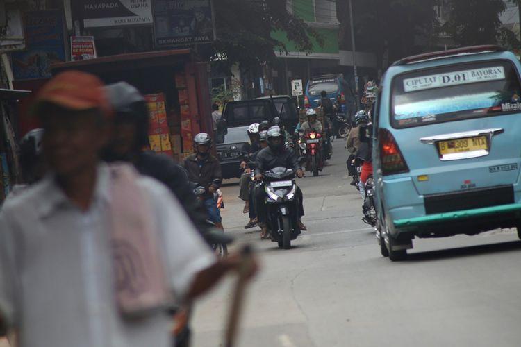 Sejumlah pengendara sepeda motor nekat melawan arah di Jalan Ir H Juanda, tepat di bawah jalan layang Ciputat, Tangerang Selatan, Kamis (01/02/2018). Para pengendara tersebut mulai melawan arah sejak di putaran di depan Kantor Cabang Pembantu Bank BCA hingga SPBU yang terletak jelang area masuk jalan layang.