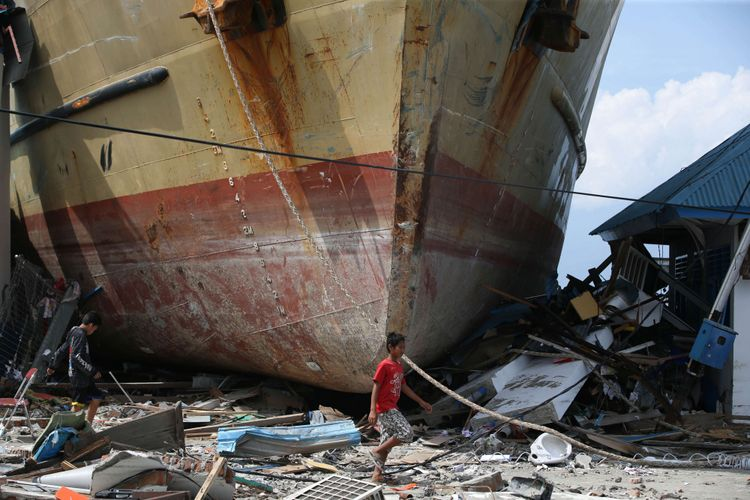 Kapal Sabuk Nusantara 39 kandas akibat tsunami di Pelabuhan Wani 2, Kecamatan Tanatopea, Kabupaten Donggala, Sulawesi Tengah, Selasa (2/10/2018). Gempa yang terjadi di Palu dan Donggala mengakibatkan 925 orang meninggal dunia dan 65.733 bangunan rusak.