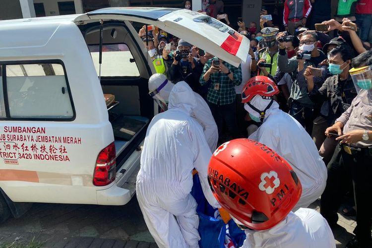 Petugas Polrestabes Surabaya dengan APD lengkap sedang mengevakuasi jenazah korban pembunuhan di Jalan Lidah Kulon 2B, Kecamatan Lakarsantri, Surabaya, Rabu (17/6/2020).
