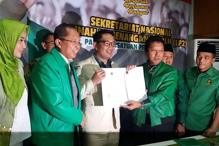 Ridwan Kamil (jas putih) menerima Surat Keputusan (SK) dukungan dari Partai Persatuan Pembangunan (PPP) untuk maju ke Pilgub Jawa Barat 2018 di Kantor Seknas Bappilu PPP, Tebet, Jakarta Selatan, Selasa (24/10/2017).