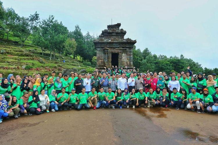 Djarum Foundation berfoto bersama ratusan Darling Squad beserta Perwakilan Pelestarian Cagar Budaya dan Pemuseuman, Pangdam IV Diponegoro Mochamad Effendi di Candi 1 Kompleks Percandian Gedongsongo.