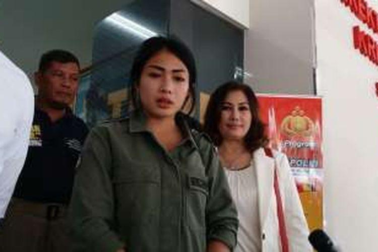 Artis peran yang juga pembawa acara, Nabila Putri usai jalani pemeriksaan di Resmob Polda Metro Jaya, Jakarta Selatan, Senin (17/10/2016).