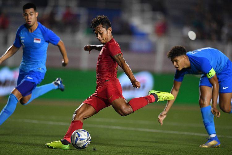 Pemain Timnas U-22 Indonesia Osvaldo Haay (tengah) menendang bola ke gawang Singapura dalam pertandingan Grup B SEA Games 2019 di Stadion Rizal Memorial, Manila, Filipina, Kamis (28/11/2019). Indonesia mengalahkan Singapura dengan skor 2-0.
