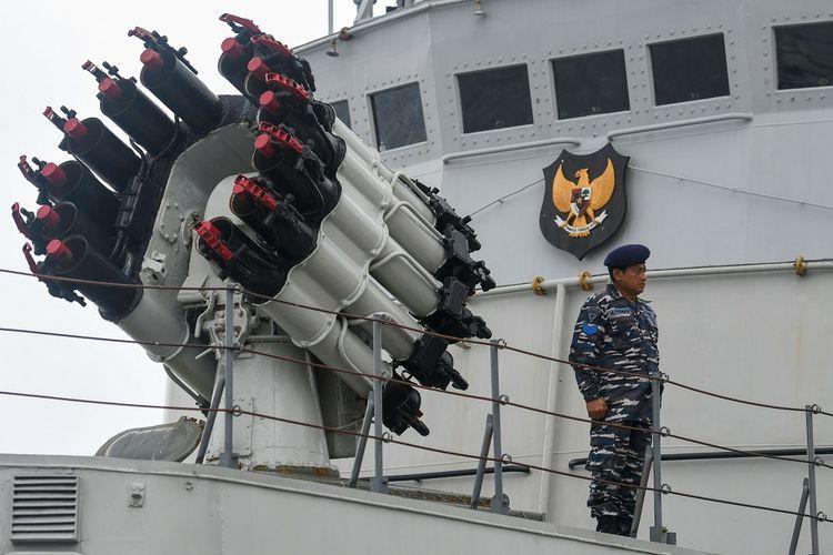 Prajurit TNI AL di atas KRI Tjiptadi-381 saat mengikuti upacara Operasi Siaga Tempur Laut Natuna 2020 di Pelabuhan Pangkalan TNI AL Ranai, Natuna, Kepulauan Riau, Jumat (3/1/2020). Operasi tersebut digelar untuk melaksanakan pengendalian wilayah laut, khususnya di Zona Ekonomi Ekslusif (ZEE) laut Natuna Utara. ANTARA FOTO/M Risyal Hidayat/pd.
