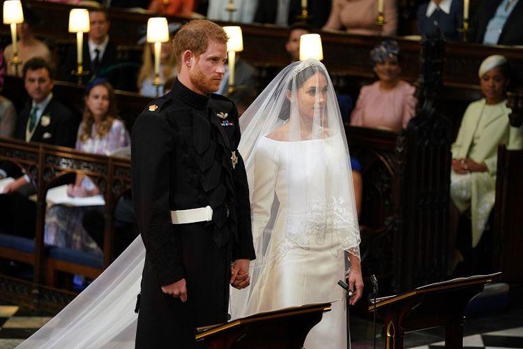 Pangeran Harry dan Meghan Markle berdiri di depan altr Kapel St Georges, Windsor, dalam proses pemberkatan pernikahan mereka, Sabtu (19/5/2018).