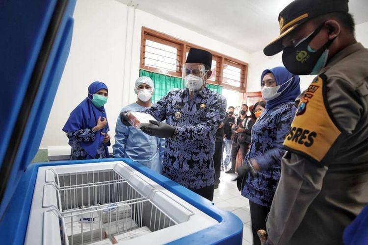 —Walikota Madiun, Maidi mengecek kondisi vaksin covid-19 sinovac yang diterima Pemkot Madiun, Selasa (26/1/2021) sore.