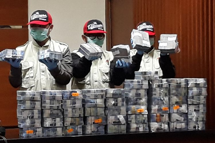 Penyidik menunjukkan barang bukti berupa uang Rp 2,8 miliar dalam pecahan Rp 50.000 dalam jumpa pers di Gedung KPK Jakarta, Jumat (9/3/2018).