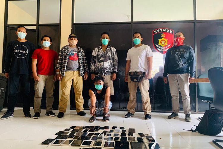 Direktorat Reserse Kriminal Umum (Dit Reskrimum) Polda Bali menangkap tukang servis ponsel keliling, Burhanudin (37) pada Kamis (26/11/2020) pukul 13.00 Wita.