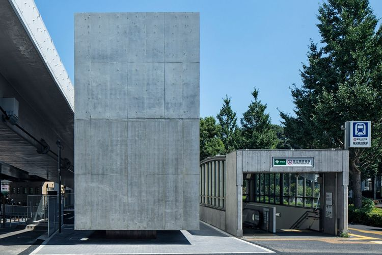 Sebuah toilet unik di Tokyo yang terlihat seperti sebuah bangunan beton yang mengambang (dok. Kenta Hasegawa | https://www.dezeen.com/).