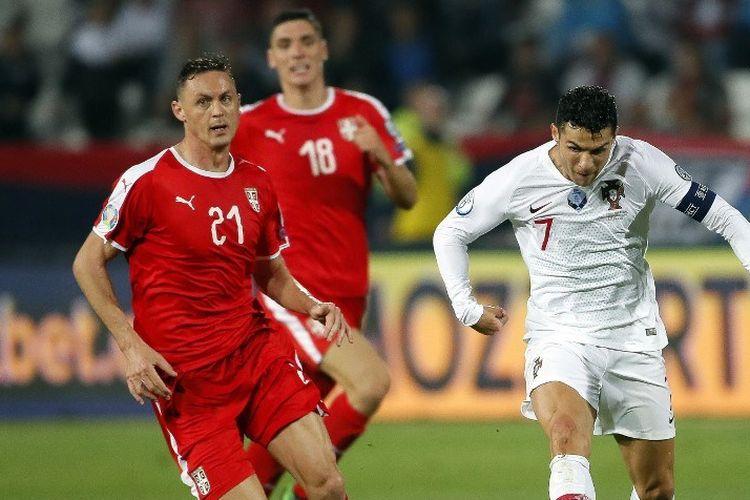 Cristiano Ronaldo melewati Nemanja Matic pada pertandingan Serbia vs Portugal dalam kualifikasi Euro 2020 di Beograd, 7 September 2019.