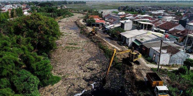 Sampah yang didominasi plastik memenuhi sepanjang Kali Pisang Batu, Desa Pahlawan Setia, Kecamatan Tarumajaya, Kabupaten Bekasi, Jawa Barat, Selasa (8/1/2019). Tumpukan sampah yang sudah berlangsung sekitar sebulan tersebut sepanjang sekitar 1,5 kilometer.