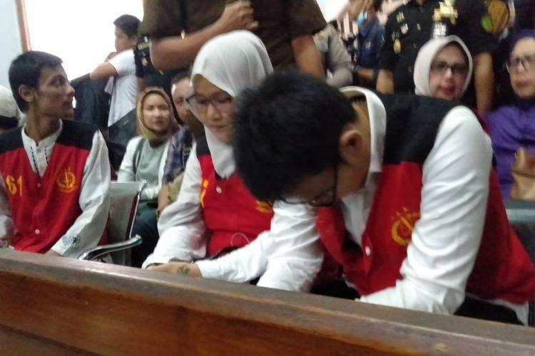 Aulia Kesuma (kiri) dan Geovanni Kelvin (kanan) di ruang sidang Pengadilan Negeri Jakarta Selatan, Senin (17/2/2020)