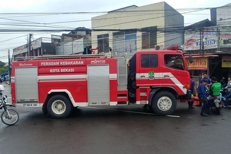 Ruas Jalan Veteran yang menuju ke Masjid Agung Al Barkah ditutup menggunakan sebuah mobil pemadam kebakaran, Jumat (25/1/2019). Penutupan dilakukan karena Presiden Jokowi shalat Jumat di Masjid Al Barkah.