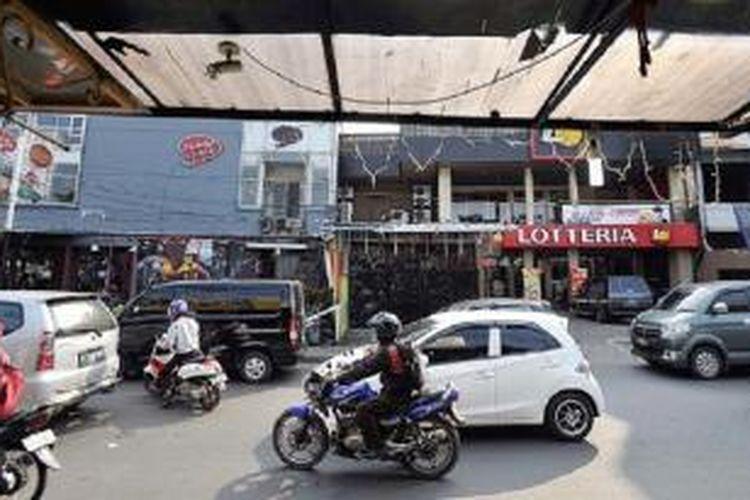 Kawasan Tebet, Jakarta Selatan, Kamis (16/4). Dalam 10 tahun terakhir, Tebet tumbuh sebagai salah satu pusat kuliner dan bisnis. Hal ini memicu munculnya tempat-tempat usaha dan rumah kos berikut segala ekses sosialnya.
