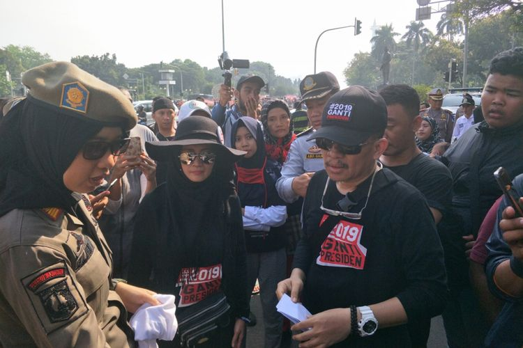 Seorang pria berkaus #2019GantiPresiden merangsek masuk kawasan CFD Sudirman-Thamrin, Minggu (6/5/2018).