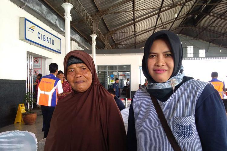 Marsinah (60) dan Iyen (48) merupakan dua warga yang terkena dampak reaktivasi jalur kereta Cibatu-Garut-Cikajang.