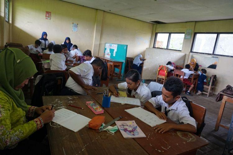 Siswa SLB PGRi Rogojampi harus belajar bersama sama dalam satu ruang setelah ruangan kelas lainnya akan digunakan kantor desa