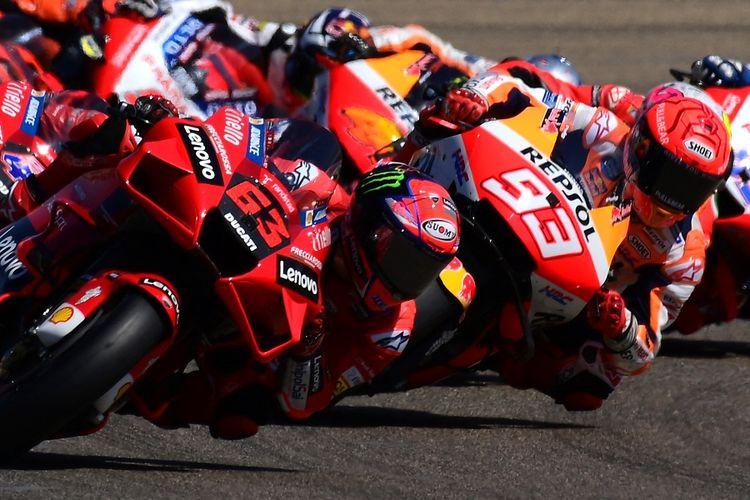 Pebalap Ducati Francesco Bagnaia (kiri) saat memimpin balapan di depan Marc Marquez (Repsol Honda) pada MotoGP Aragon 2021 di Sirkuit Motorland di Alcaniz pada 12 September 2021.