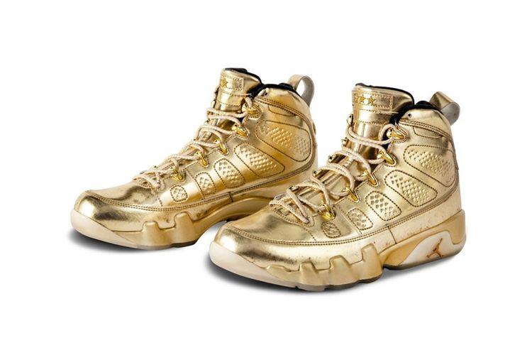 Sepasang sneaker Air Jordan 9 berwarna full emas yang pernah dipakai penyanyi kondang Amerika Serikat, Usher pada tahun 2013.