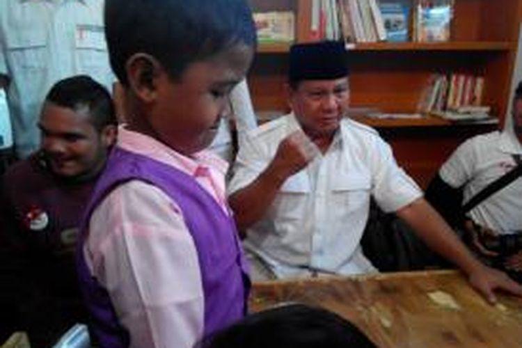 Calon Presiden RI, Prabowo Subianto berinteraksi dengan anak-anak di Perpustakaan Desa, Kecamatan Astana Anyar, Kota Bandung, Kamis (5/6/2014).