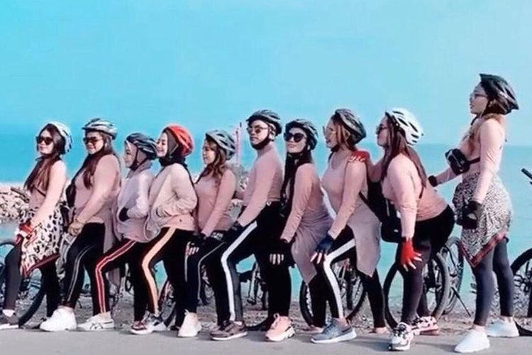 Foto kelompok pesepeda wanita di Kota Banda Aceh yang viral karena tak mengenakan Jilbab dan berpakain ketat.