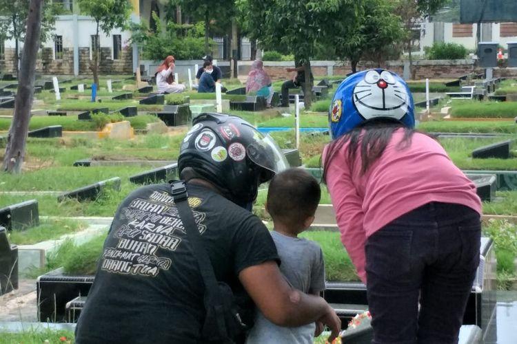 Tempat Pemakaman Umum (TPU) Semper, Cilincing, Jakarta Utara nampak masih didatangi pengunjung yang berziarah pada Rabu (12/5/2021).
