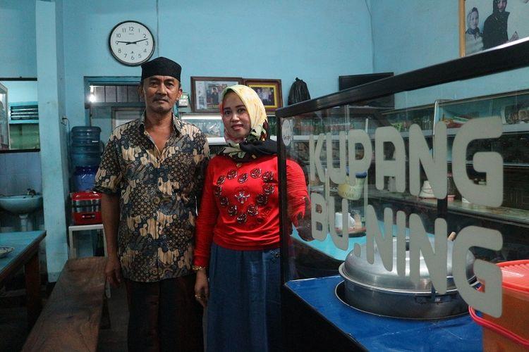 Nafisha Melly (kanan) dan suami almarhum Bu Ning di Warung Lontong Kupang Bu Ning di bilangan Pasar Keraton, Pasuruan, Jawa Timur, Selasa (5/6/2018). Lontong kupang telah dijual dari tahun 1969 mulai dari generasi orang tua almarhum Bu Ning.