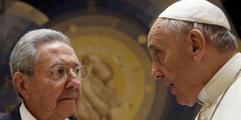 Paus Fransiskus bertemu dengan Presiden Kuba Raul Castro dalam pertemuan tertutup di Vatikan, 10 Mei 2015.
