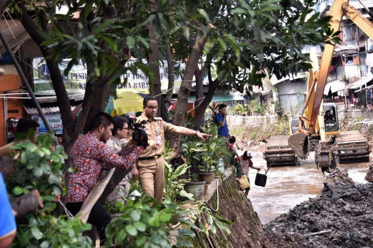 Gubernur DKI Jakarta Anies Baswedan meninjau pengerukan Kali Krukut, Jakarta Selatan, Selasa (14/11/2017) siang.