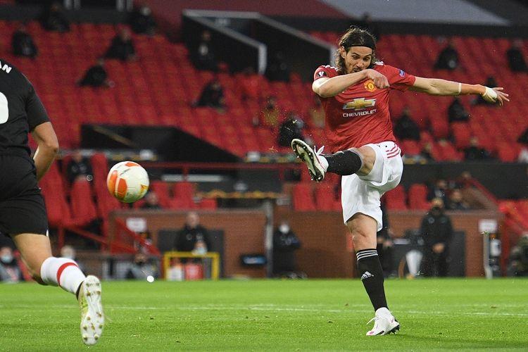 Striker Manchester United Edinson Cavani menembak untuk mencetak gol pembuka pada leg kedua perempat final Liga Europa antara Man United vs Granada di Stadion Old Trafford di Manchester, Inggris, pada 15 April 2021.