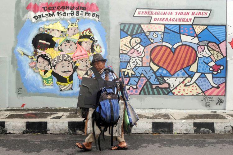 Sebuah mural yang berisi dan membawa pesan damai menghiasi tembok di Lamper Kidul, Kota Semarang, Jawa Tengah, Selasa (7/2/2017). Mural tersebut membawa pesan damai di tengah keberagaman masyarakat yang saat ini rentan dengan isu SARA dari media sosial.