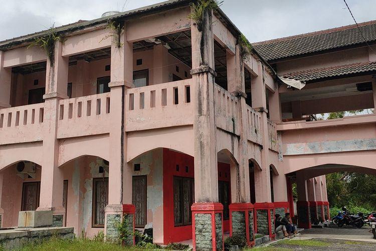 Wisma Sermo di Kalurahan Hargowilis, Kulon Progo, Daerah Istimewa Yogyakarta. Kondisinya rusak dan tak terawat. Bangunan di tengah hutan lindung ini jadi tempat isolasi 3 warga Hargowilis yang mudik atau pulang kampung.