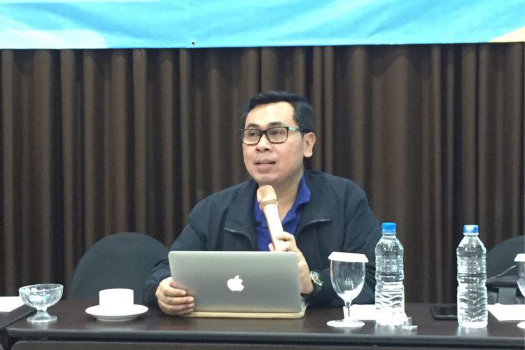 Direktur Eksekutif Center for Indonesia Taxation Analysis (CITA) Yustinus Prastowo saat jadi pembicara di acara Media Gathering Direktorat Jenderal Pajak Kementerian Keuangan di Manado, Sulawesi Utara, Kamis (23/11/2017).