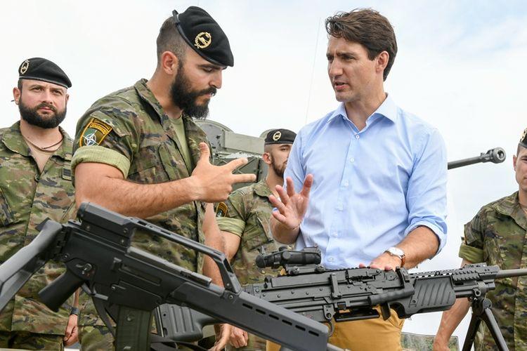 Perdana Menteri Kanada Justin Trudeau (kanan) saat bertemu personil militer pasukan NATO di Latvia.