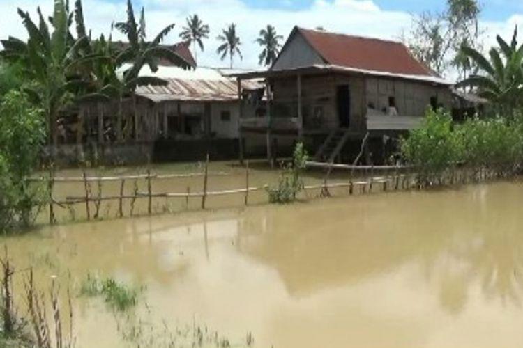 Warga Kecamatan Luyo, Polewali Mandar, Sulawesi Barat, panik disapu banjir setinggi lebih dari satu meter.
