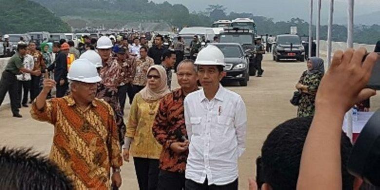 Presiden Joko Widodo didampingi Menteri PUPR Basuki Hadimuljono meninjau Jalan Tol Semarang-Solo ruas BAwen-Salatiga, Sabtu (8/4/2017).