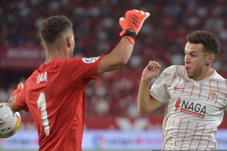 Kiper Rayo Vallecano, Luca Zidane, saat menghadang striker Sevilla, Oussama Idrissi, pada pekan perdana LaLiga 2021-2022.