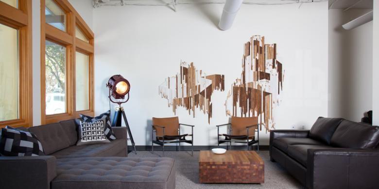 Dibanjiri cahaya alami, ruang-ruang kantor di dalamnya benar-benar teduh oleh pemakaian bahan-bahan alami seperti kayu dan kulit yang diimbangi dengan penggunaan permukaan bahan metalik.