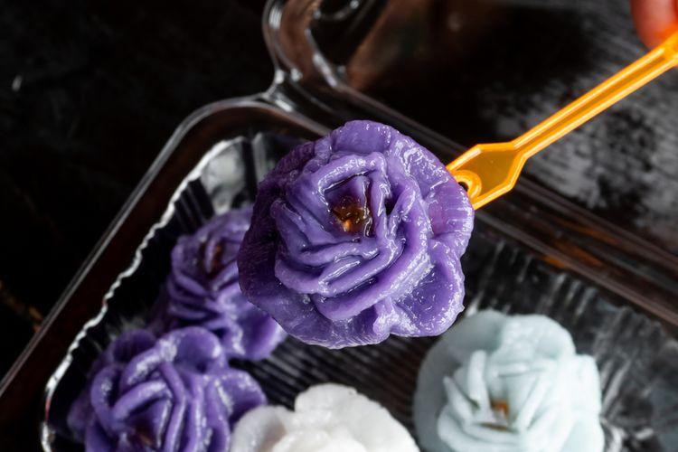 Ilustrasi chor ladda, kue tradisional Thailand berbentuk bunga.